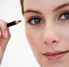 apply eyeliner / photo from http://www.ehow.com